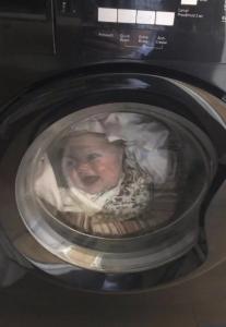 پسر در ماشین لباسشویی