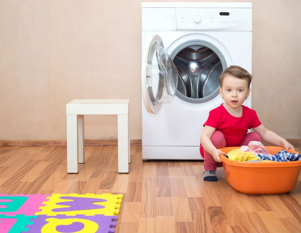 شستن لباس ها در ماشین لباسشویی